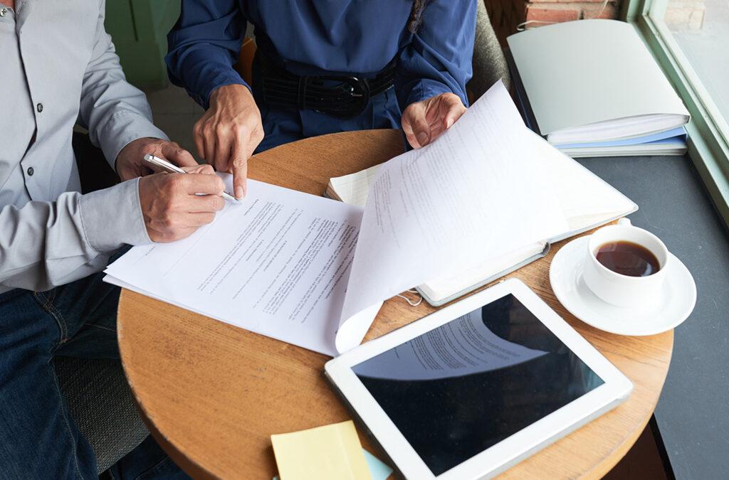 Podpisywanie umowy - zdjęcie ilustracyjne