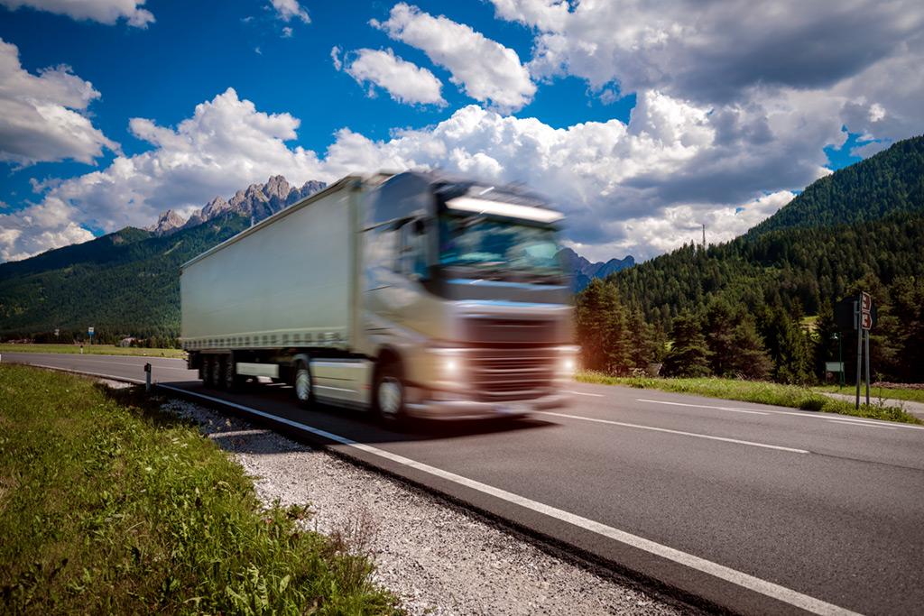 Samochód ciężarowy, przewóz towarów, VAT - zdjęcie ilustracyjne