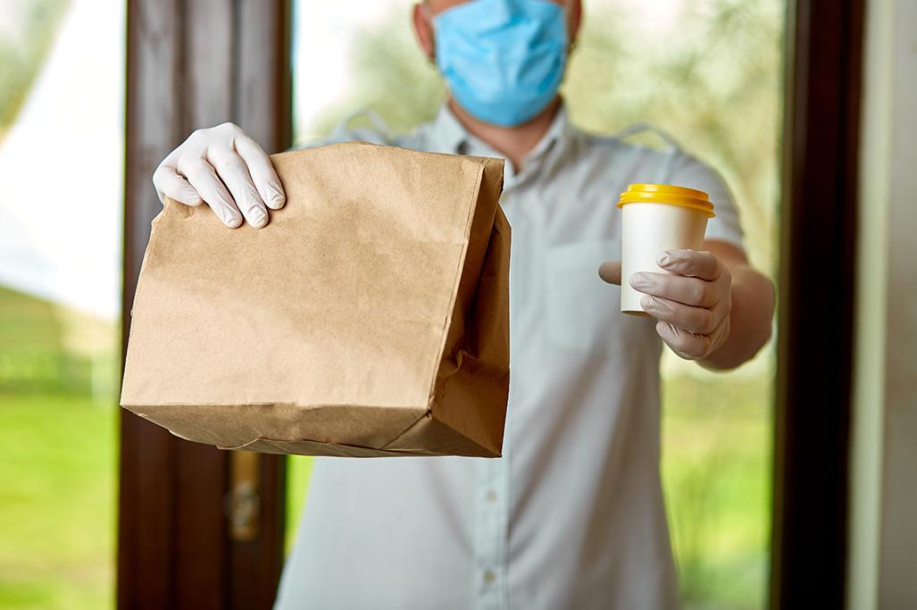 Kurier dostarczający jedzenie nawynos